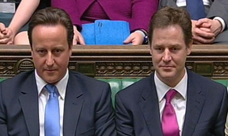 Nick Clegg, sobre la derecha con el primer ministro David Cameron
